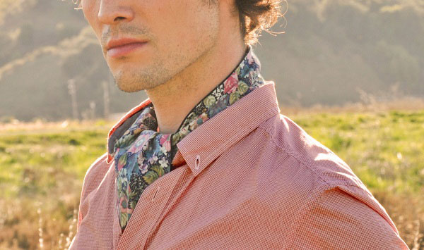 Man modelling the ascot ina field | historic fashionable neckwear